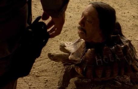 2ª temp/7º episódio. Em 'Negro y azul', os agentes da polícia são surpreendidos com uma cabeça explosiva numa tartaruga Reprodução da internet