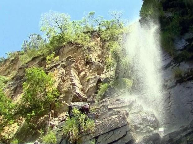 Destino é repleto de cachoeiras em São João Batista do Glória (Foto: Reprodução EPTV / Luciano Tolentino)