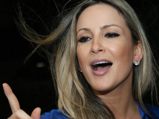 Cantora cantou trechos de músicas na coletiva (Foto: Egi Santana/G1)