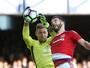 Everton se recupera de gol contra de goleiro, vira e assume vice-liderança
