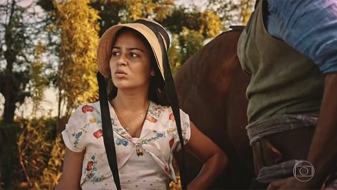 Olívia diz ao pai que invadiram a cooperativa e o preocupa (Foto: TV Globo)