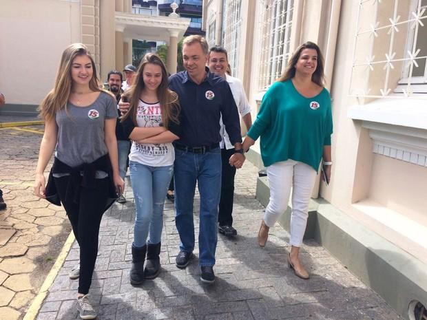 Gean Loureiro (PMDB) votou no Colégio Catarinense na manhã deste domingo (2) (Foto: Naim Campos/RBS TV)