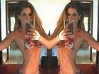 Carol Magalhães impressiona com barriga negativa em selfie de biquíni