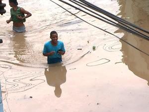 Morador anda pelas ruas com água acima da cintura nesta terça-feira (Foto: Reprodução/TV Bahia)
