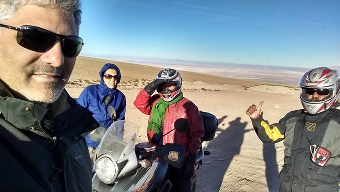 Mesmo com o sol, o frio é de -1 Cº, em uma parada para ver o deserto de sal ao longe (Foto: Istepôs Aventureiros/Divulgação)