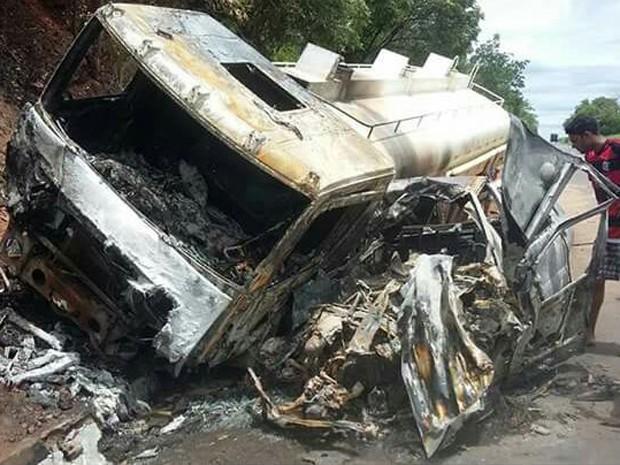 Veículos ficaram carbonizados após choque em Cristalândia (Foto: Arquivo Pessoal/Jermeson Rodrigues)