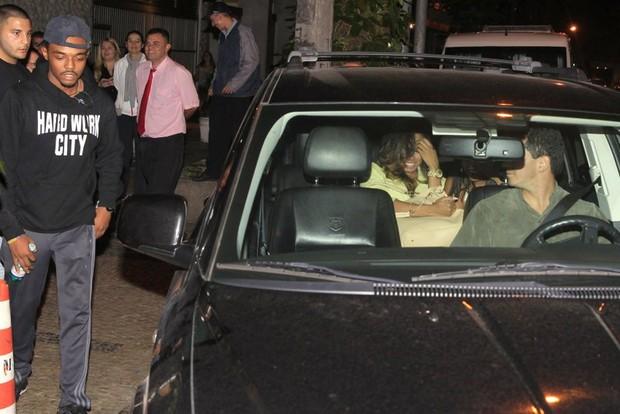 As moças da termas entraram no carro de Bieber (Foto: Francisco Silva/Agnews)