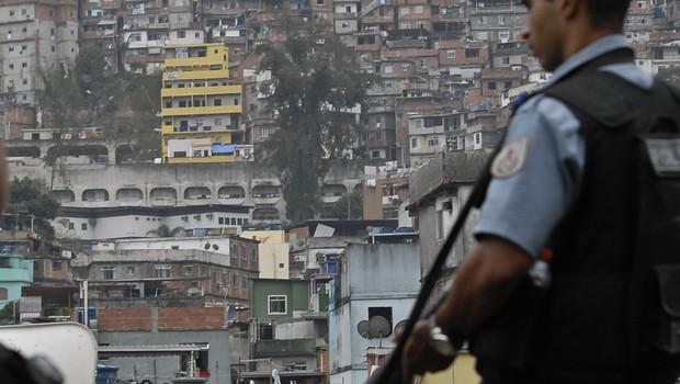 Policial faz segurança na unidade de Polícia Pacificadora (UPP), na Favela da Rocinha (Foto: Marcello Casal Jr/Agência Brasil)
