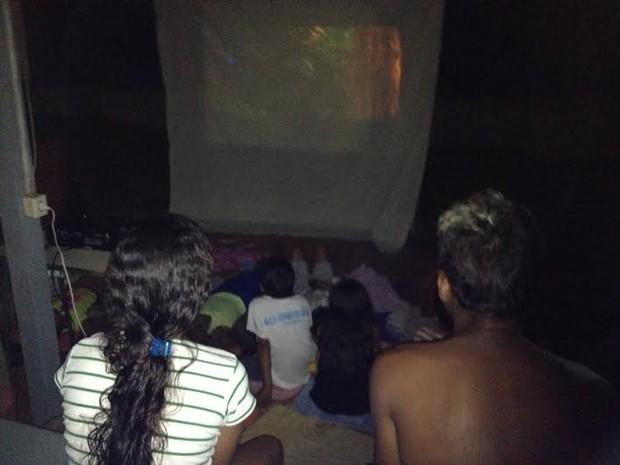 Em abrigo, voluntários promovem sessão de cinema para crianças vítimas da enchente, em Porto Velho. (Foto: Suzi Rocha/G1)