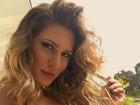 Lívia Andrade posa com decote ousado para selfie
