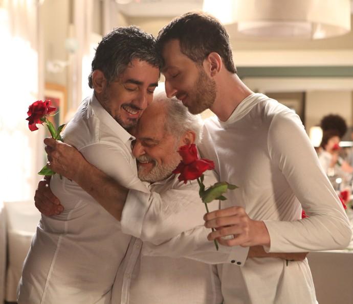Ariel, Mestre e Cícero se abrançam nas emoções finais de 'Além do Tempo' (Foto: Carol Caminha/Gshow)