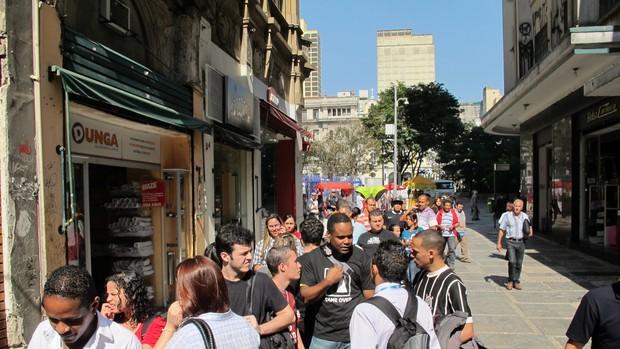 Público aguarda para ver Cássio na loja do Corinthians (Foto: Rodrigo Faber/Globoesporte.com)