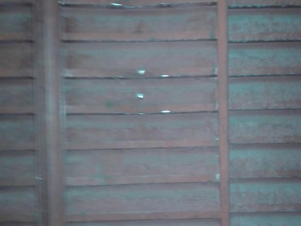 Janela da casa da família amassada após policial militar bater com um pedaço de madeira (Foto: Arquivo Pessoal)
