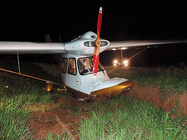 Morador contou que aeronave bateu em tronco de eucalipto antes de cair em buraco (Foto: Gustavo Justino / G1)