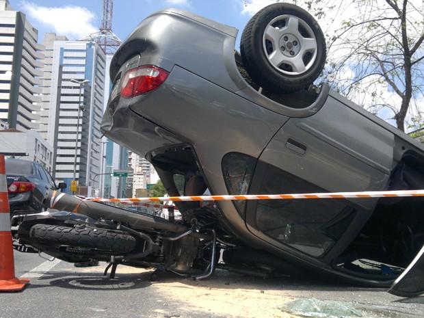 Carro capota na Rua Vergueiro, no bairro do Paraíso, na região central de São Paulo (Foto: Marcelo Elia Cury/VC no G1)