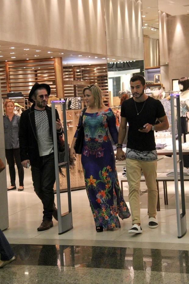 Ex BBB Matheus e Cacau em dia de compras em shopping da Barra da Tijuca (Foto: AgNews)