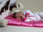 Carrinho de remédio vira estúdio para fotos de bebês em hospital público