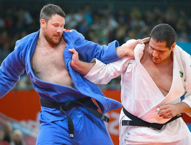 Rafael Silva na luta de judô contra Alexander Mikhaylin (Foto: AFP)