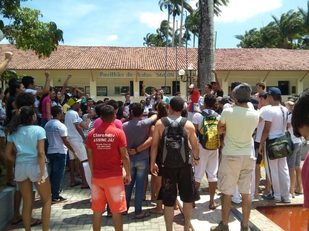 Protesto de estudantes da UFPB em Bananeiras contra PEC (Foto: Volney Andrade/TV Cabo Branco)