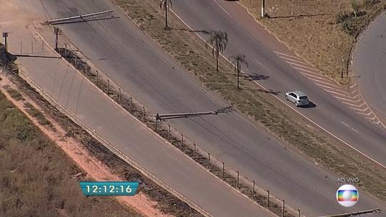 Roda se solta de carreta e derruba postes em Contagem, na Grande BH