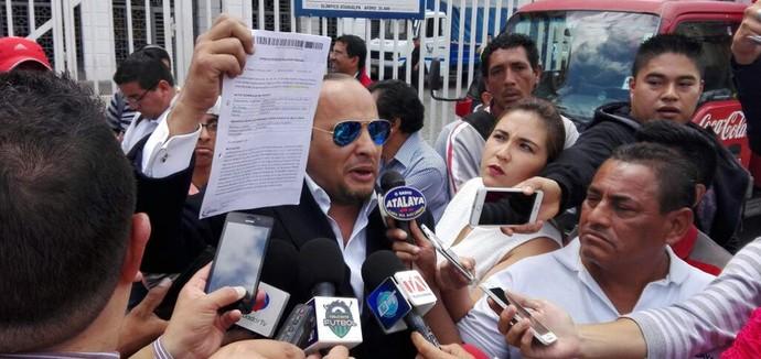 Advogado Paúl Marín chega ao estádio de Atauhalpa com ordem de prisão para Enner Valencia (Foto: Reprodução @ZonaMegaRadioTV)