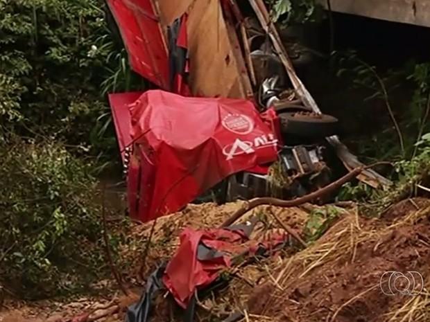 Carreta caiu de ponte após passar em buraco na GO-174, em Goiás (Foto: Reprodução/TV Anhanguera)