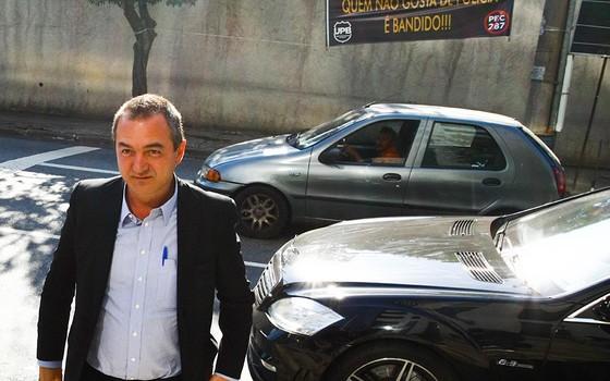O empresário Joesley Batista chega à sede da Policia Federal, de São Paulo, para depor nesta manhã de quarta-feira (09) (Foto:  Aloisio Mauricio/Fotoarena / Agência O Globo)