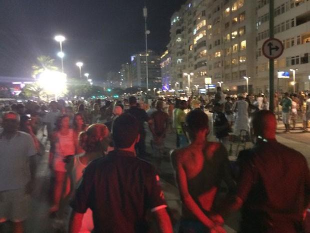 Jovem foi detido por policiais militares após roubar celular na orla de Copacabana (Foto: Fernanda Rouvenat / G1)
