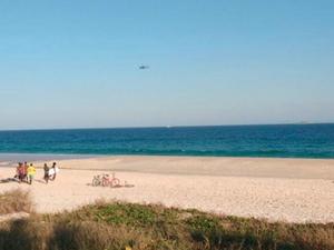 Helicóptero faz buscas por piloto da Marinha no mar de Saquarema (Foto: Keila Silva Mota Cantanhede Nogueira / Internauta)