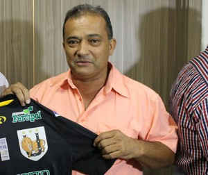Presidente do Ubiratan, Joaquim Soares (à dir.) entrega camiseta do time ao gerente executivo da TV Morena, Nicomedes Silva Filho (Foto: Hélder Rafael)