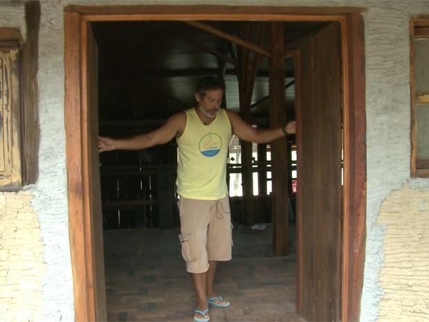 Sérgio Missagia, dono de pousada em Regência (ES), mostra obra de restaurante que ficou parada após turistas sumirem com a chegada da lama (Foto: Wagner Santos)