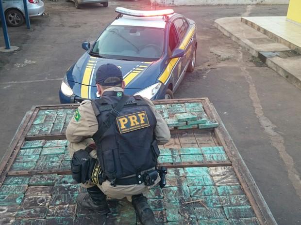 Droga foi localizada após apreensão do veículo por documentação falsa (Foto: PRF Tocantins/Divulgação)