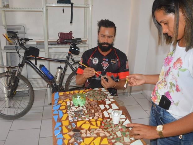 Dupa realiza atividades lúdicas com recicláveis (Foto: Luiz Henrique Costa Arruda/Arquivo Pessoal)