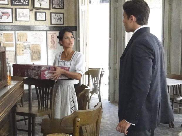 Gilda devolve presentes, debochando dele (Foto: Lado a Lado/TV Globo)