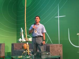 """O engenheiro Ivan Monsão apresenta o seu berimbau robotizado, o """"berimbot"""". Continuem conosco que mostraremos o instrumento em ação.  (Foto: Helton Simões Gomes / G1)"""