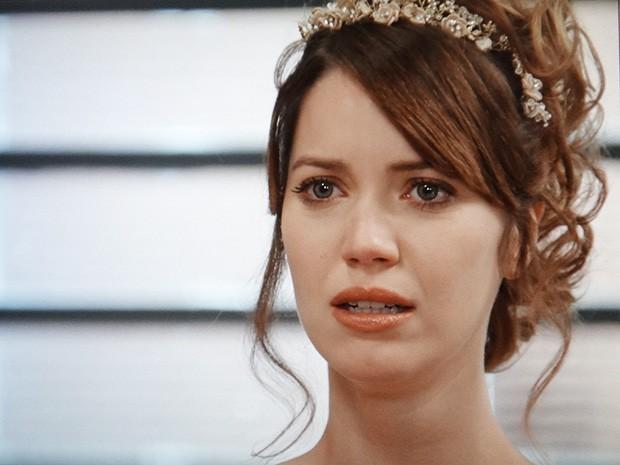 Laura se lembra da noite de amor com Caíque (Foto: TV Globo)