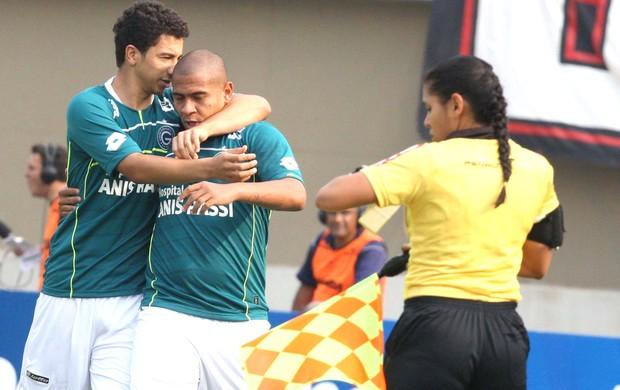 Walter comemora gol do Goiás contra o Atlético-PR (Foto: Carlos Costa / Futura Press)