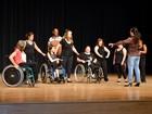 Curso integra pessoas com e sem deficiência com movimentos da dança