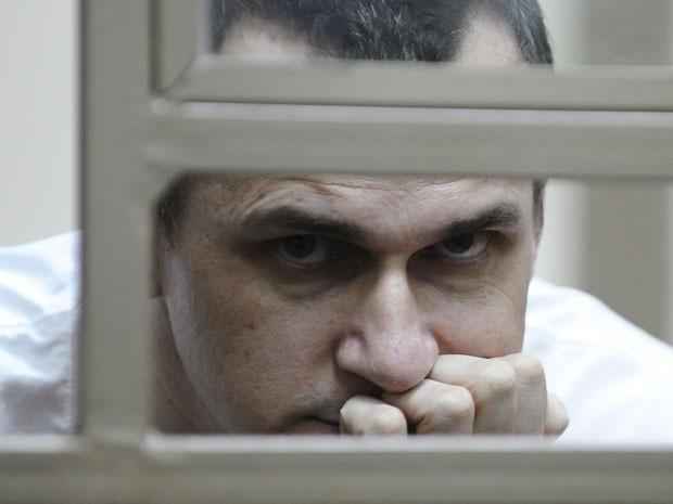 O cineasta ucraniano Oleg Sentsov durante seu julgamento nesta terça-feira (21); ele é acusado de terrorismo e tráfico de armas (Foto: Sergey Pivovarov/Reuters)