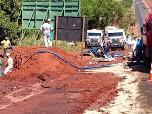 Equipes ainda faziam a limpeza do local do acidente em Ibitinga  (Foto: Alan Schneider/ G1)