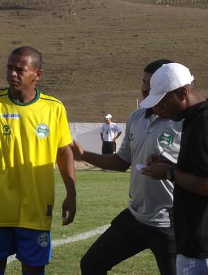 Após pedidos da torcida, Buiú recebe instruções do treinador Capitão (Foto: Caio Lorena / Globoesporte.com)