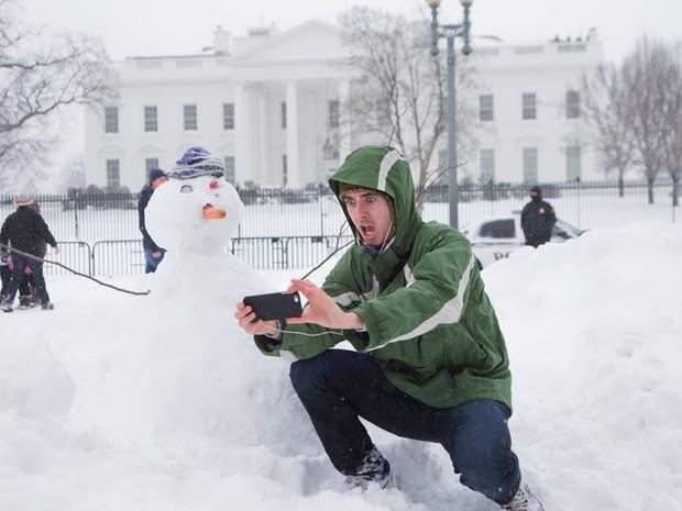 Harrison Feind, de Boulder, no Colorado, faz selfie com boneco de neve em frente à Casa Branca, em Washington (Foto: Manuel Balce Ceneta/AP)