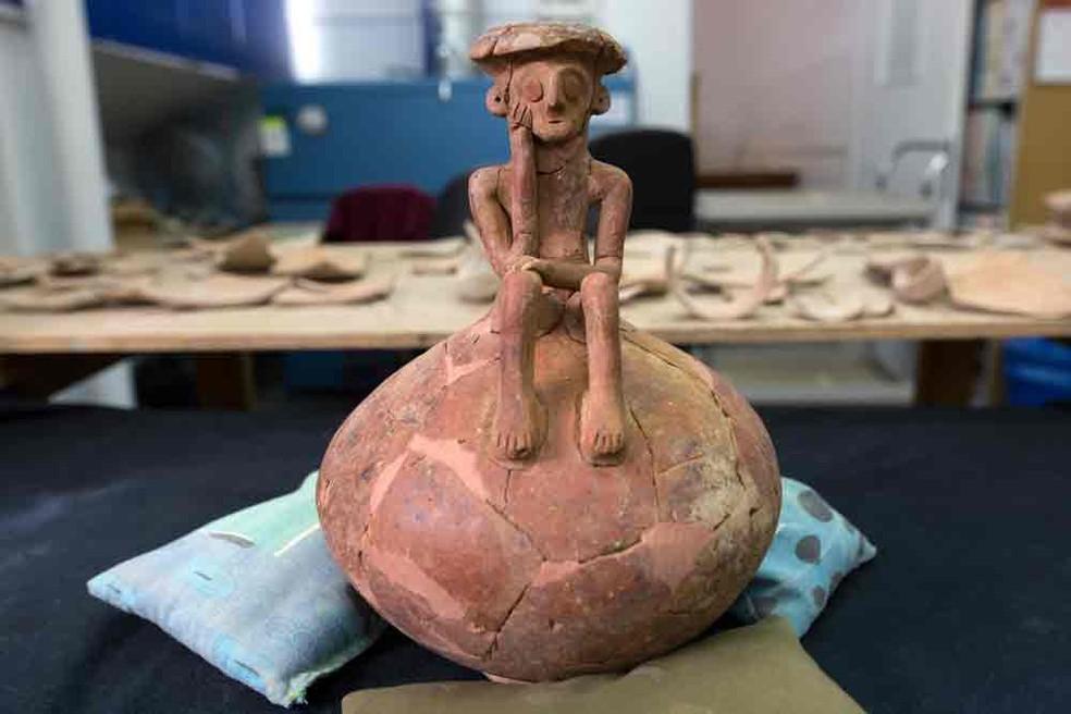 Escultura da Idade do Bronze foi encontrada em Israel e lembra 'O pensador', de Rodin  (Foto: Menahem Kahana/AFP)