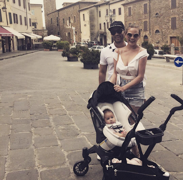 John Legend, Chrissy Teigen e a filha (Foto: Instagram)
