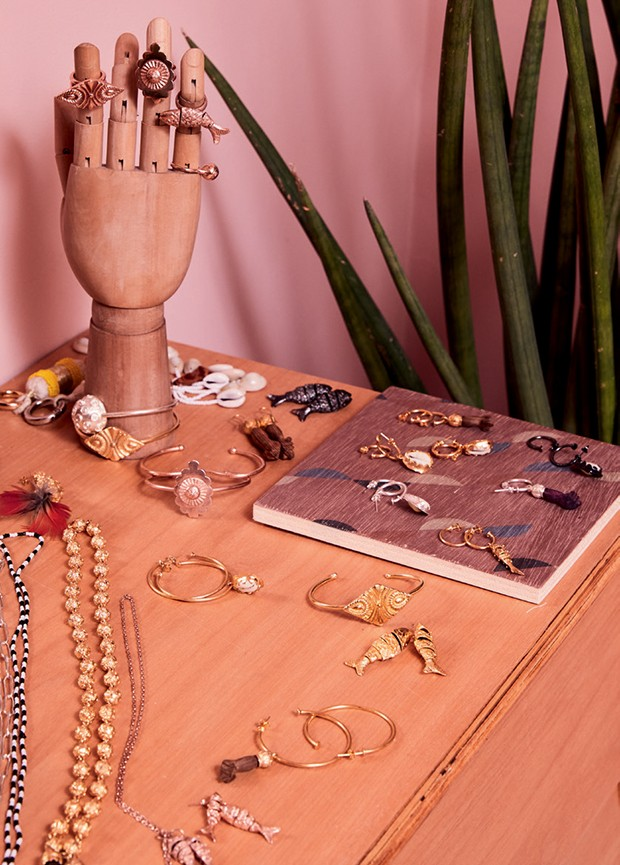 Bijoux da coleção ASÈ, inspiradas em joias do século 19 e desenvolvidas artesanalmente por Julia (Foto: Pedro Loreto)