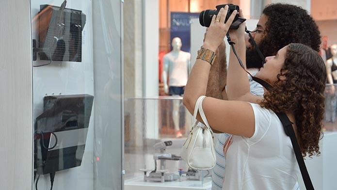 Os visitantes mais jovens se impressionam com os aparelhos antigos (Foto: Divulgação)