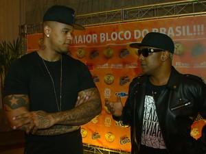 Muquiranas lança fantasia em evento com Márcio Victor e Leo Santana  (Foto: Imagem/TV Bahia)