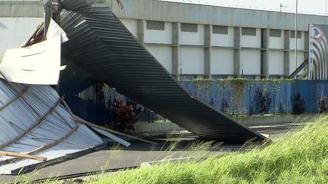Estrutura metálica na Rodovia Padre Manoel da Nóbrega (Foto: Reprodução/TV Tribuna)