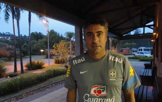 Gallo, técnico das seleções de base do Brasil, no CT de Cotia (Foto: Alexandre Lozetti)