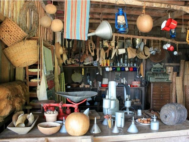 Barracão de aviamento era o local onde os seringueiros compravam seus equipamentos (Foto: Tiago Melo/G1 AM)